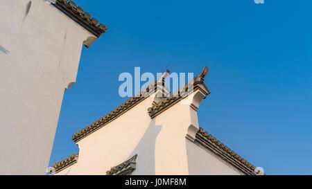 Pferd Kopf Wand mit schwarzen Fliesen und Ziegel an der Wand Spitze der traditionellen chinesischen Anhui-Architektur - Stockfoto