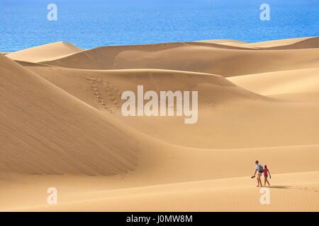 Touristen am Maspalomas Sand Dunes National Park, Gran Canaria, Spanien - Stockfoto