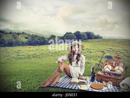 Frau mit einem Picknick außerhalb - Stockfoto