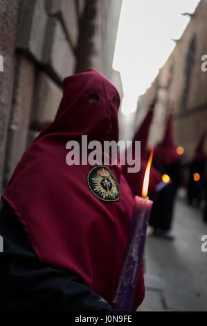 """Spanien, Barcelona. 14. April 2017. Eine vermummte Büßer von """"Nuestra Señora de Las Angustias"""" Bruderschaft beteiligt - Stockfoto"""