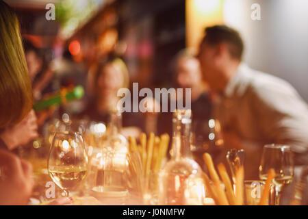 Abstrakte verschwommene Gruppe von Freunden im Restaurant treffen. Unscharfen Hintergrund der kaukasischen Menschen, - Stockfoto