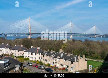 Ansicht des neuen Queensferry Crossing Brücke im Bau von River Forth aus South Queensferry in Schottland, Vereinigtes - Stockfoto