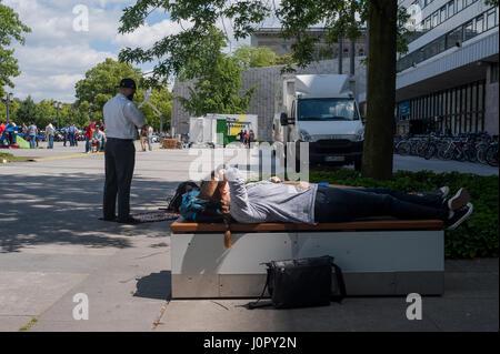 10.06.2016, Berlin, Deutschland - A muslimischen Mann betet auf seine eigene vor dem Freitagsgebet auf dem Campus - Stockfoto