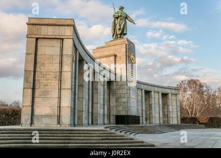 Sowjetische Ehrenmal Im Tiergarten, Berlin, Deutschland   Russisches Ehrenmal im Tiergarten, Berlin, Deutschland - Stockfoto