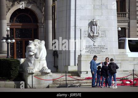 ausländischen Familie Touristen vor Krieg-Denkmal-Kenotaph in George square, Glasgow - Stockfoto