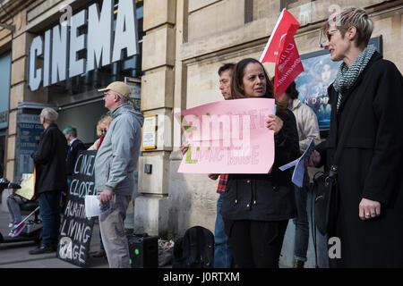 London, UK. 15. April 2017. Mitglieder der örtlichen Gemeinschaft unterstützen Streikende Picturehouse Kino auf - Stockfoto