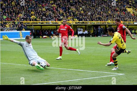 Dortmund. 15. April 2017. Shinji Kagawa (2. R) von Borussia Dortmund schießt als Lukas Hradecky (1. L) Eintrach - Stockfoto