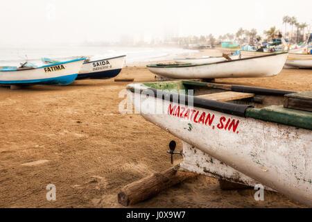 Fischerboote am Strand von Mazatlan, Sinaloa, Mexiko. - Stockfoto