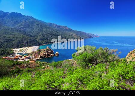 Porto-Stadt, in der Nähe von Piana mit wunderschönen Küste, Korsika, Frankreich. - Stockfoto