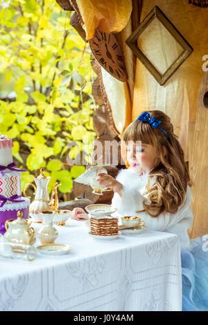 Niedliche kleine Mädchen, Alice in Wonderland Mad Hatters ...
