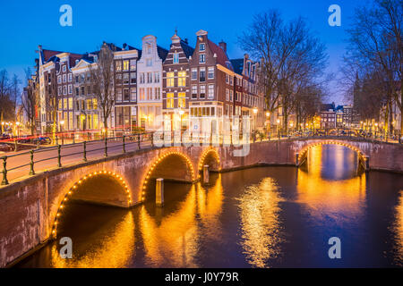 nacht stadtansicht in amsterdam niederlande kanal und typisch holl ndischen h user in der. Black Bedroom Furniture Sets. Home Design Ideas