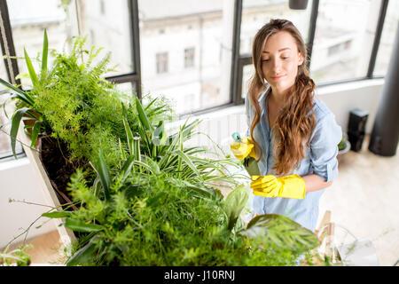 Junge Gärtner in der Orangerie mit Grünpflanzen
