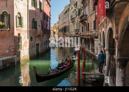 Nachmittag an einem Kanal im Sestiere von Cannareggio, Venedig, Italien.