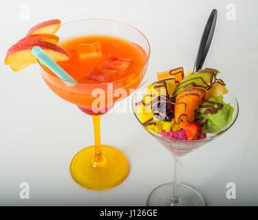 Fruchteis, dekoriert mit frischen Früchten, Schoko, orange trinken, Margarita Glas, Sommer - Stockfoto