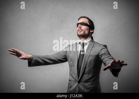Mit verbundenen Augen Geschäftsmann im Zimmer - Stockfoto