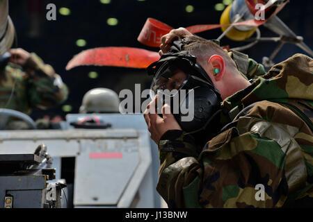 US Air Force Staff Sgt Kyle Fitzpatrick, 36. Aircraft Maintenance Unit 1-Mann, zieht seine Gasmaske während einer - Stockfoto