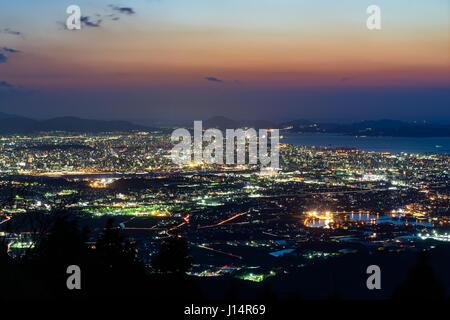 Nachtansicht der Stadt Fukuoka in der Abenddämmerung in Fukuoka, Japan. - Stockfoto