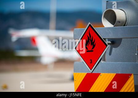 Heckansicht des Service und Betankung LKW auf einem Flughafen mit einem Flugzeug in den unscharfen Hintergrund. - Stockfoto