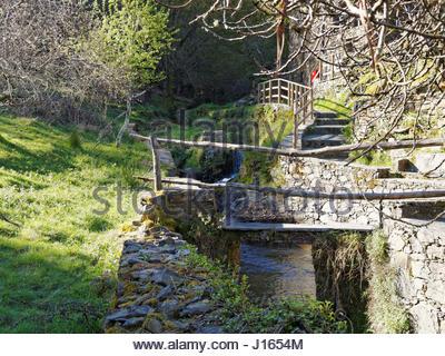 Gebirgsbach durch Candal Dorf in der Schiefer Region in der Nähe von Lousã, Portugal - Stockfoto