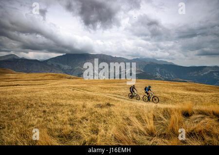 Ein paar Mountainbiker fahren auf den Mercantour Nationalpark, Frankreich - Stockfoto