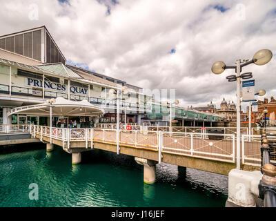 Des Prinzen Quay Einkaufszentrum auf Stelzen über dem blau gefärbten Wasser des Prinzen Dock, Hull, UK. - Stockfoto