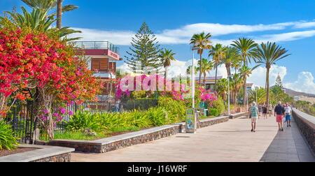 Touristen auf der Promenade, Playa de Ingles, Gran Canaria, Kanarische Inseln, Spanien - Stockfoto