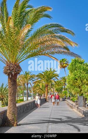 Touristen auf den Playa de Ingles Promenade, Gran Canaria, Kanarische Inseln, Spanien - Stockfoto