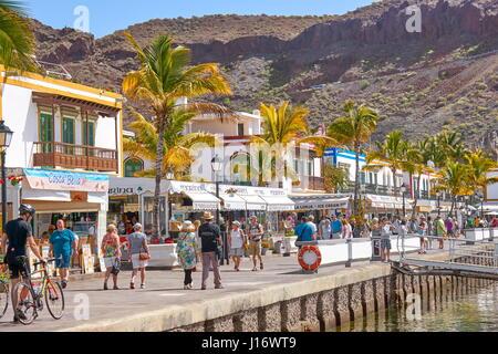 Touristen auf der Promenade von Puerto de Mogan, Gran Canaria, Kanarische Inseln, Spanien - Stockfoto