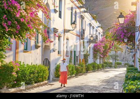 Altstadt Straße mit blühenden Blumen, Puerto de Mogan, Kanarische Inseln, Gran Canaria, Spanien - Stockfoto