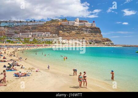 Touristen auf den Strand von Puerto Rico, Gran Canaria, Spanien - Stockfoto