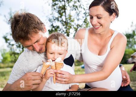 Vater, Mutter und Sohn essen Eis, sonnigen Sommer - Stockfoto
