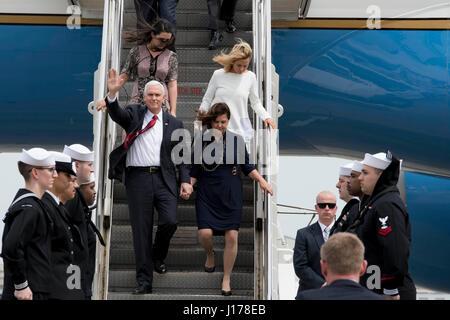 Michael Doan, Japan. 18. April 2017. US-Vizepräsident Mike Pence, links, Wellen, als er am Naval Air Facility Atsugi - Stockfoto