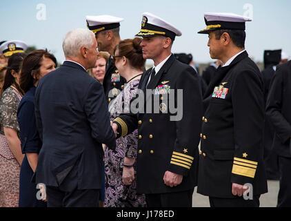 Michael Doan, Japan. 18. April 2017. US-Vizepräsident Mike Pence, grüßt links, Captain John Bushey, NAF Atsugi befehlshabender - Stockfoto
