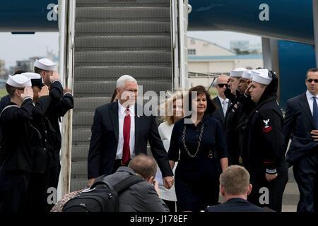 Michael Doan, Japan. 18. April 2017. US-Vizepräsident Mike Pence, links, kommt am Naval Air Facility Atsugi mit - Stockfoto