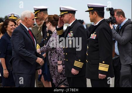 Michael Doan, Japan. 18. April 2017. US-Vizepräsident Mike Pence, ist links, von Captain John Bushey, NAF Atsugi - Stockfoto