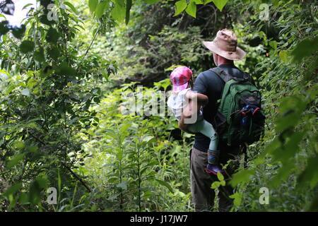 Vater und Tochter auf üppig grüne Bergweg Wandern - Stockfoto