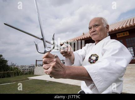Karate Meister Arakaki Sensei bei den 100 Kobudo Kata Karate Kaikan, Okinawa, Japan - Stockfoto