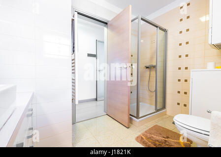 badezimmer mit badewanne dusche und holz schr nke stockfoto bild 58443570 alamy. Black Bedroom Furniture Sets. Home Design Ideas