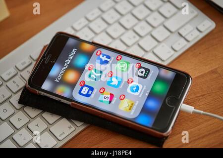 München, Deutschland - 19. April 2017: Bildschirm von einem Iphone 6 s plus mit vielen Anmeldungen von empfangenen - Stockfoto
