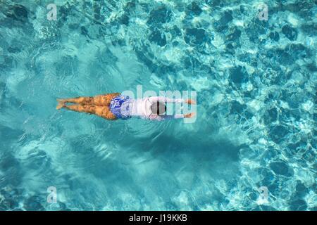 Frau Runden in einem Pool schwimmen. - Stockfoto