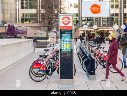Reihe von Santander gebrandmarkt Leihfahrräder im Jubilee Plaza, Canary Wharf, Docklands, London - Stockfoto