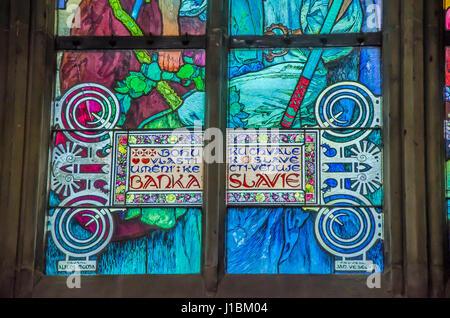 Das neue Kirchenfenster, entworfen von Mucha, wurde im Jahre 1931 im Norden Kirchenschiff installiert. - Stockfoto
