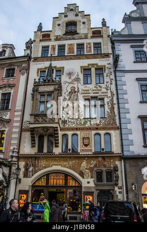 """Der Storch House nennt man auch """"am Stein Jungfrau Maria"""". Die Fassade ist geschmückt mit Gemälden, St. Wenzel (der - Stockfoto"""