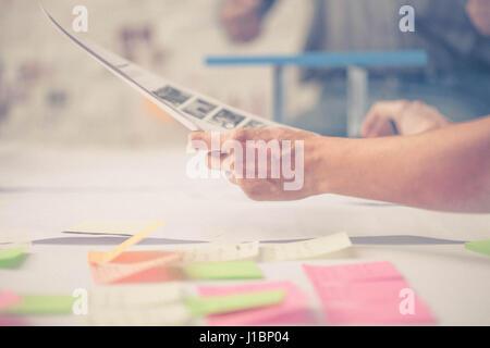 Team-Erfolg. Foto junges Unternehmen Führungskräfte arbeiten mit neuen Startprojekt. - Stockfoto