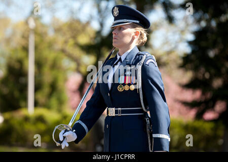 Weibliche Captain der US Air Force Ehrengarde in den zeremoniellen März - USA - Stockfoto