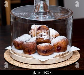 hausgemachte Marmelade Krapfen in einer Kuppel Torte - Stockfoto