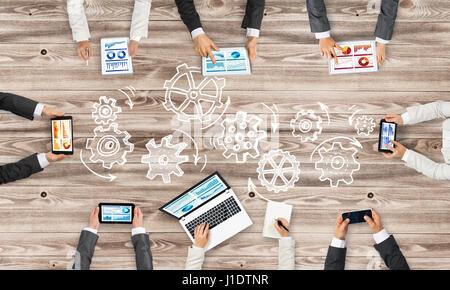 Draufsicht der Geschäftsleute am Tisch sitzen und mit gadgets - Stockfoto