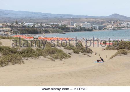 Playa del Ingles in Maspalomas auf Gran Canaria, zeigt den Start der Sanddünen im Vordergrund. - Stockfoto
