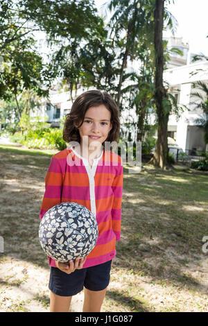 Ein Süßes 13 Jähriges Mädchen Mit Eis In Der Hand Wandern Im Sommer