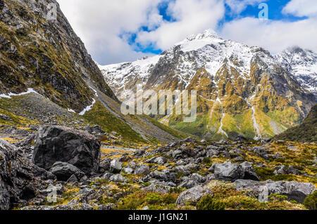 Schneebedeckte Berge in der Milford Road, eine der schönsten Panoramastraßen in Neuseeland - Stockfoto